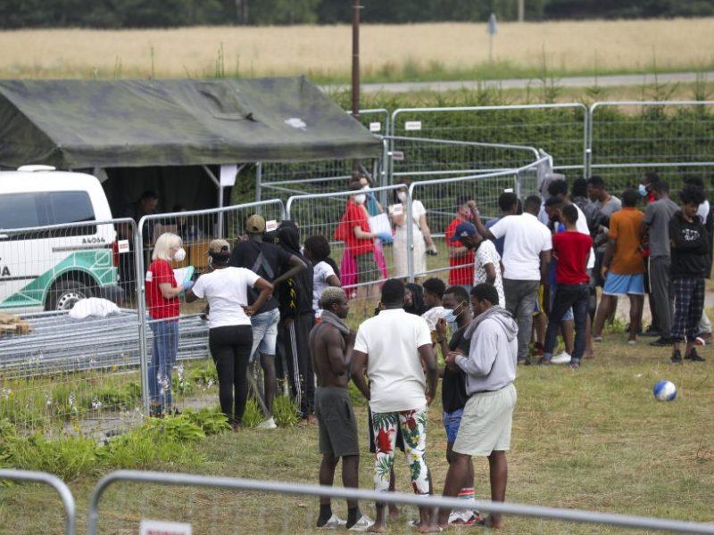 Įtampa migrantų stovykloje Ignalinos rajone: nelegalai kelia bado streikus, reikalauja telefonų