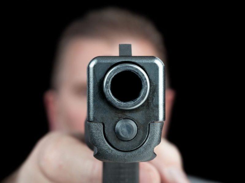 Kavinėje ginklu grasinęs girtas vyras pakliuvo į areštinę