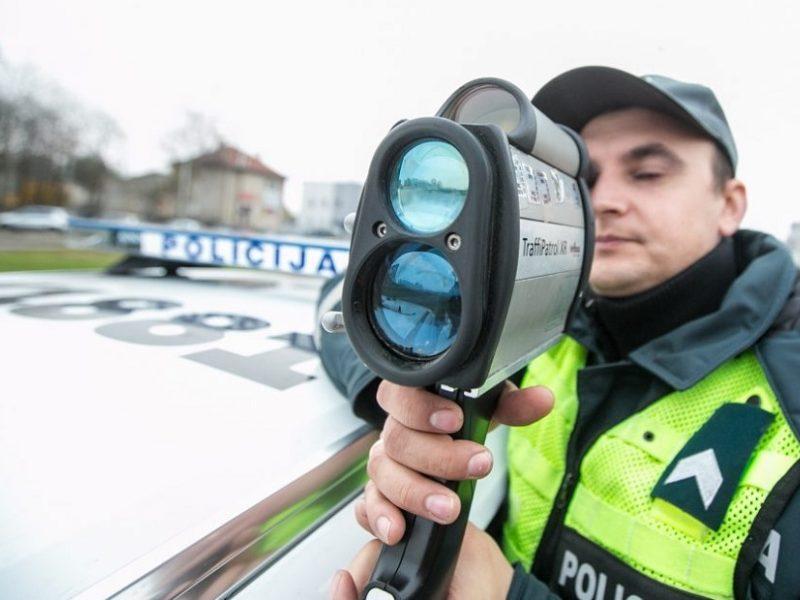Policija siunčia linkėjimus BMW vairuotojui, mieste skriejusiam 127 km/val. greičiu