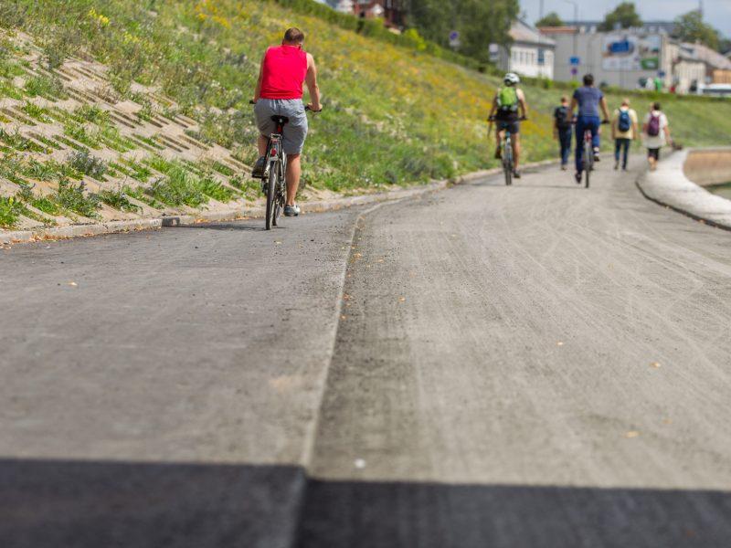 Nuo dviračių tako nuimtas asfaltas