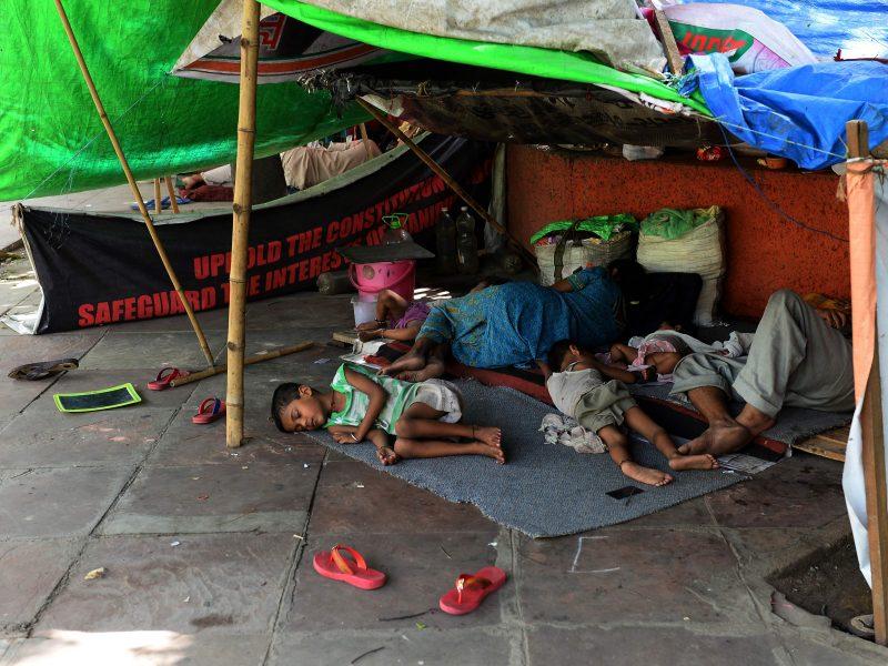 Indijos Kašmyre per smurto proveržį sužeista apie 100 žmonių