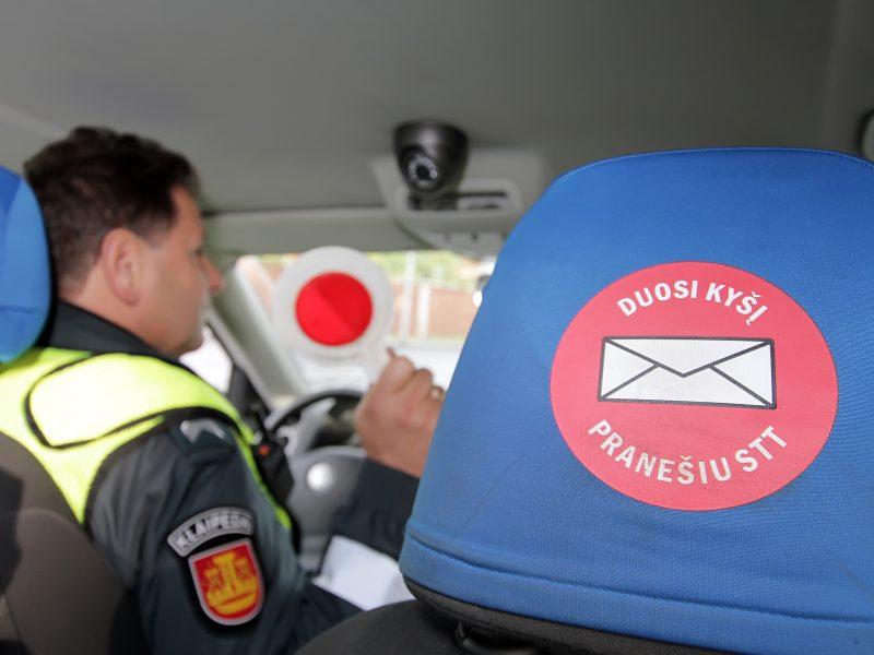 Girta moteris policininkams siūlė 1 tūkst. eurų kyšį