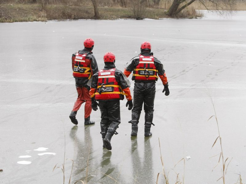 Tirpstantis ledas žvejų negąsdina