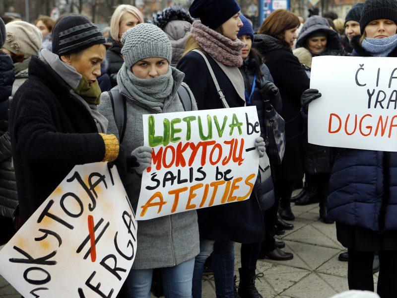 Streikavę mokytojai prieš egzaminus vėl reikalauja didinti algas