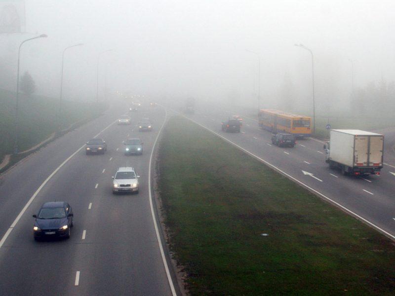 Šiaurės ir šiaurės rytų Lietuvoje eismo sąlygas sunkina rūkas