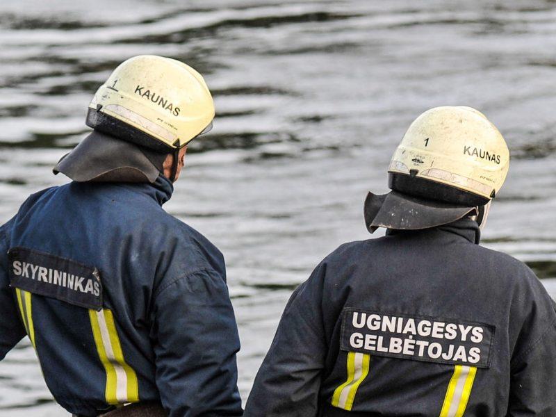 Kelmės rajone ugniagesiai gelbėjo purve, prie tvenkinio, įstrigusį žmogų