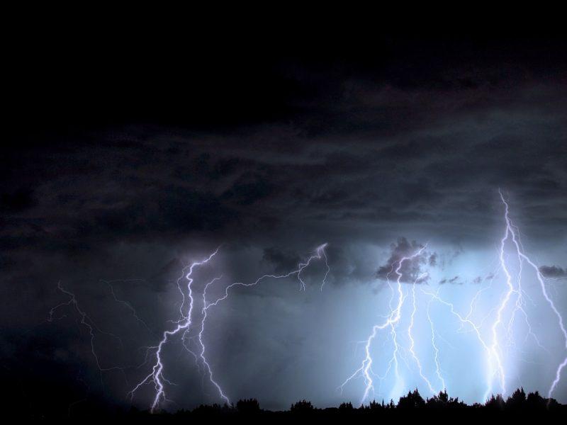Laukia nerami naktis: prognozuojamas stiprus vėjas, šlapdriba ir perkūnija