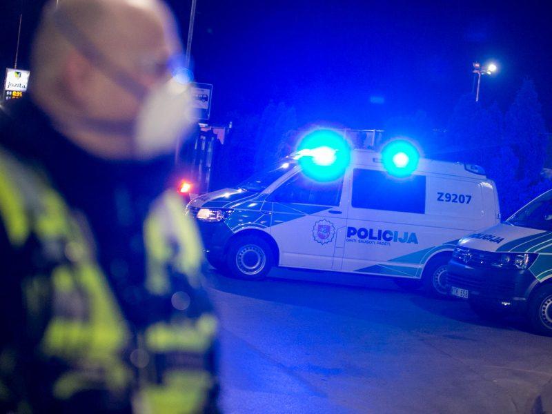 Žiežmariuose neblaivus jaunas vyras puolė policininką
