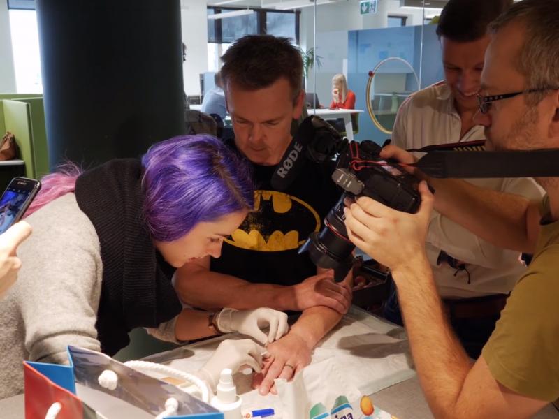"""""""Tele2"""" darbuotojai Estijoje implantuojasi poodines mikroschemas"""