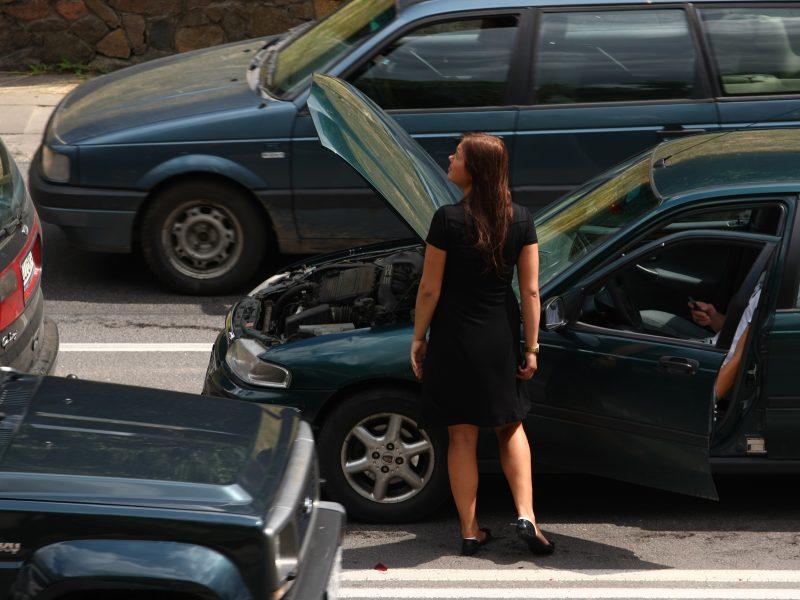 Tyrimas: nelaimėms kelyje esame neabejingi