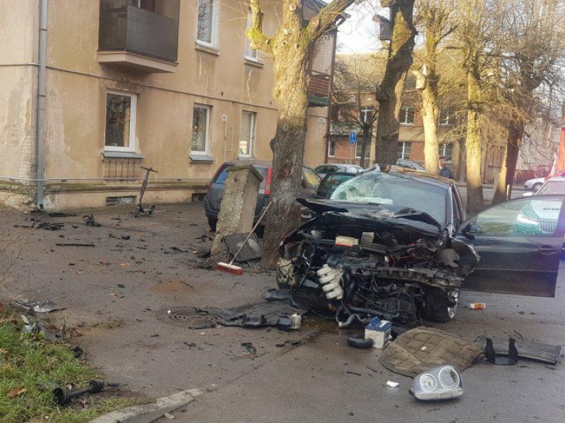 Dar viena didelė avarija Kaune: beteisis vairuotojas trenkėsi į blokus, medį ir automobilį