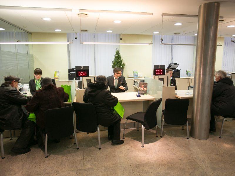 Lietuviams bankų paslaugos atrodo brangios, bet jų skyrių norėtų daugiau