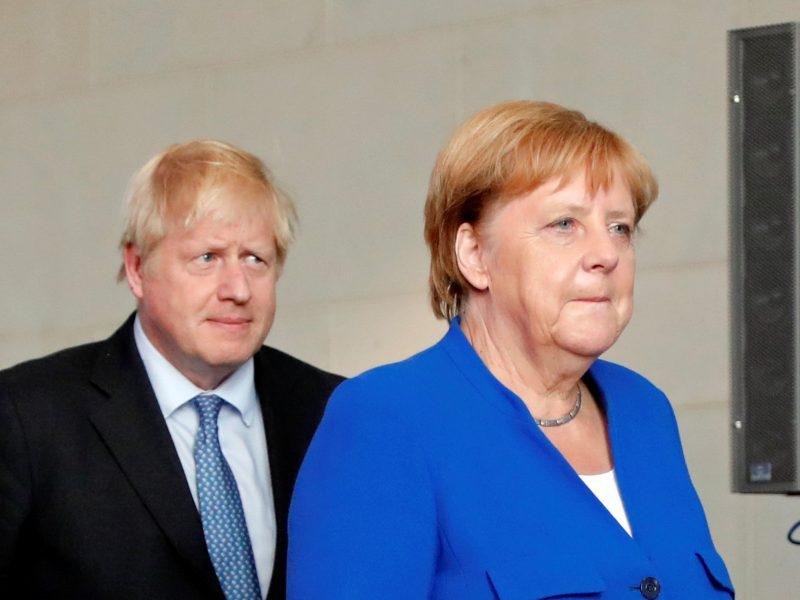 """A. Merkel vylėsi, kad pavyks išvengti chaotiško """"Brexit"""""""
