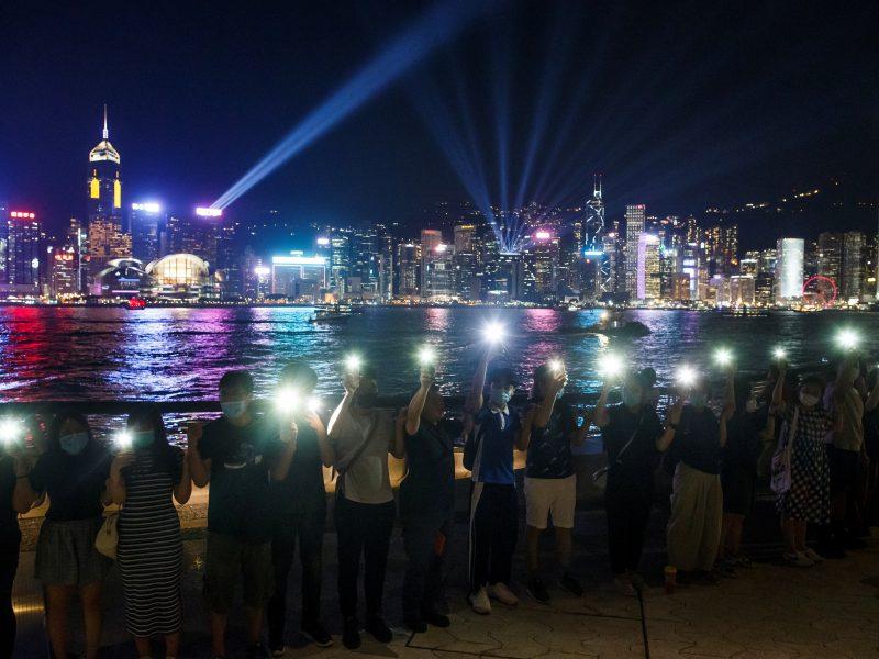 Honkonge protestuotojai susikibo į žmonių grandinę