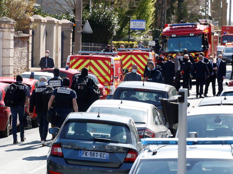 Policijos darbuotojos nudūrimas Paryžiaus apylinkėse tiriamas kaip teroro aktas
