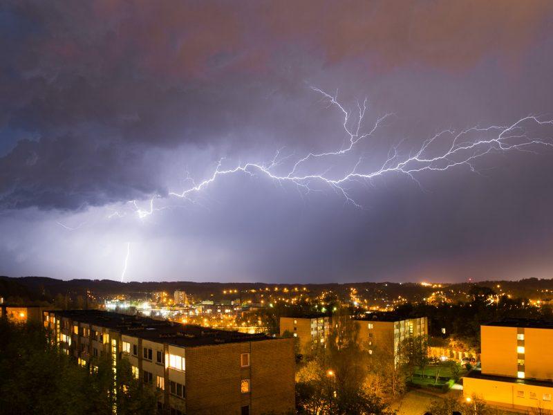 Perspėja: Lietuvoje nušniokš audros, kai kuriuose miestuose – smarkios