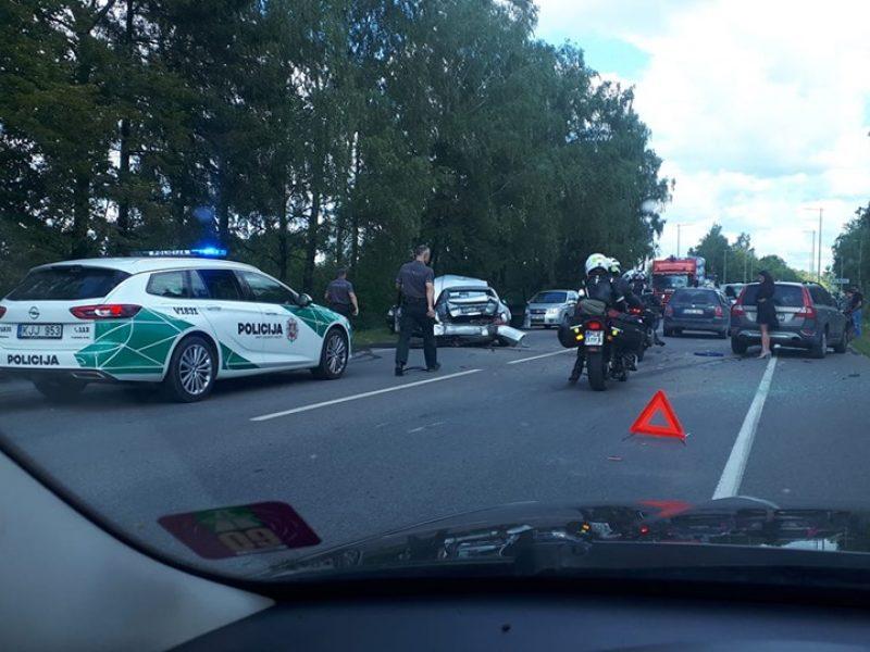 Vilniuje susidūrė keturi automobiliai: nukentėjo nėščia moteris ir paauglė