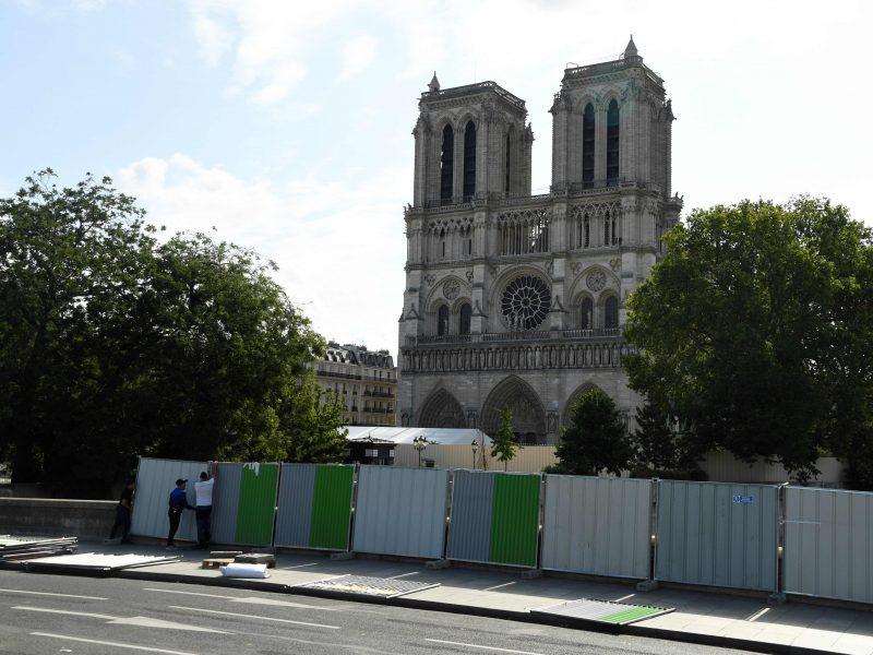Pradėtas šalinti po Paryžiaus katedros gaisro nusėdęs kenksmingas švinas