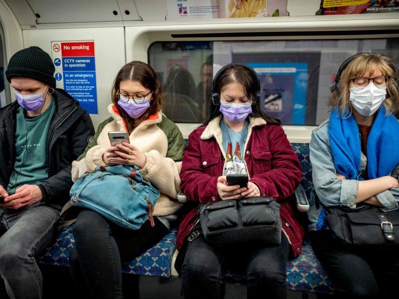 Nepaisant pandemijos Londono metro traukiniai sausakimši, meras pasibaisėjęs