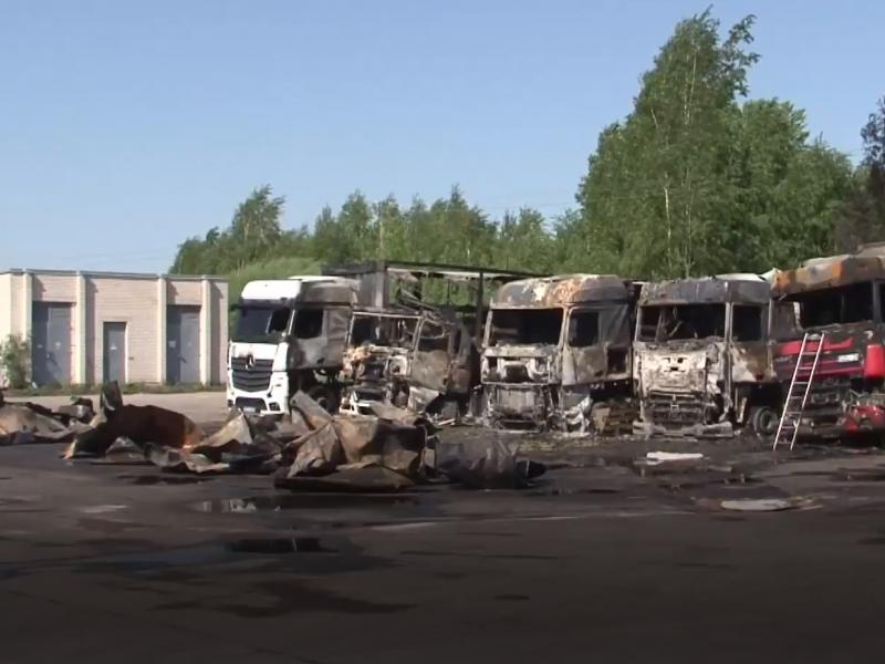 Per gaisrą Panevėžyje sudegė penki vilkikai