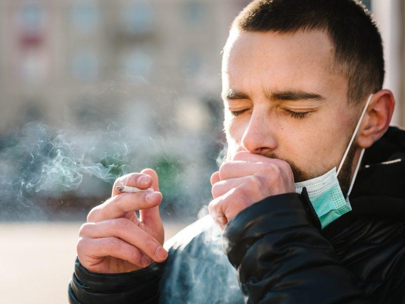 Tyrimas: kas dešimtas rūkantysis Lietuvoje rūko nelegalias cigaretes