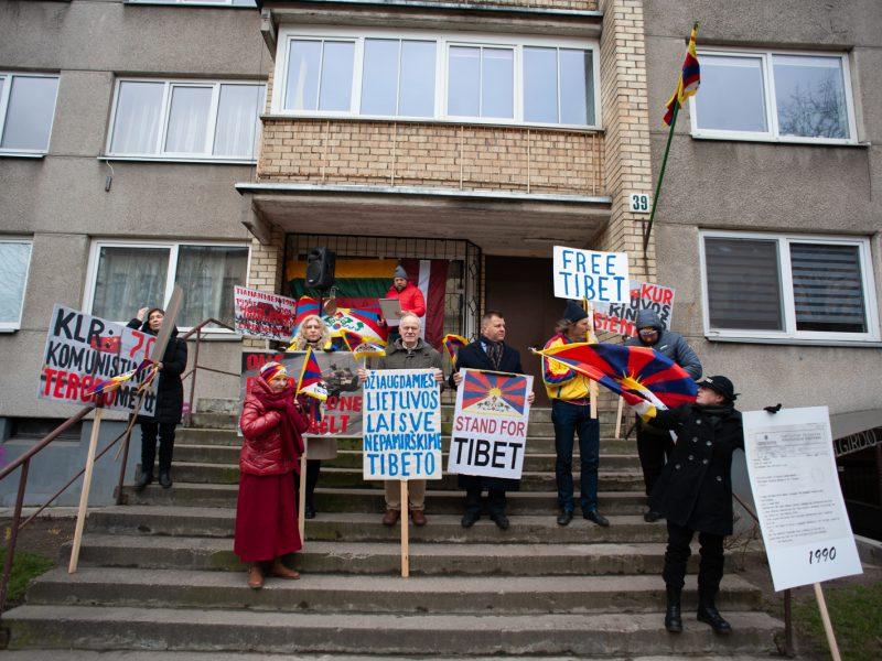 Prie Kinijos ambasados kelios dešimtys žmonių reiškė solidarumą Tibetui