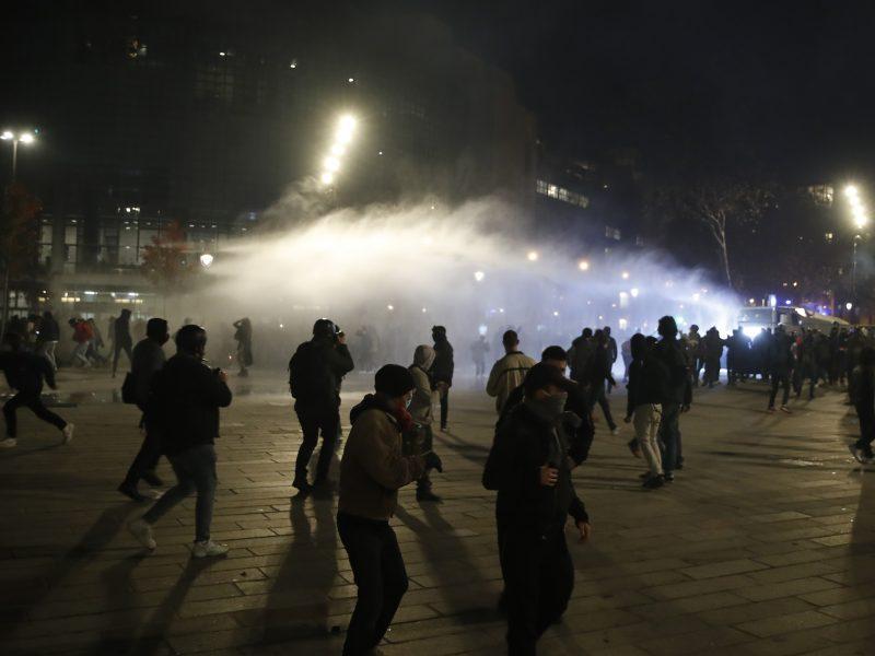Prancūzijoje tūkstančiai žmonių protestavo prieš saugumo įstatymą ir policijos smurtą
