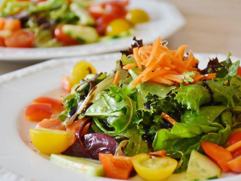 Skanaukite į sveikatą: naudingos, gardžios ir pavasariškos salotos
