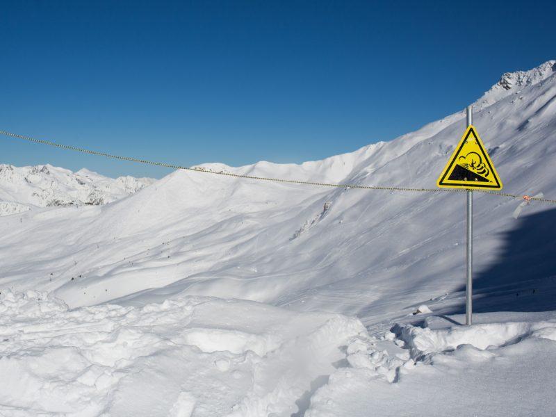 Šveicarijos Alpėse nuslinkus lavinai dingo keturi žmonės