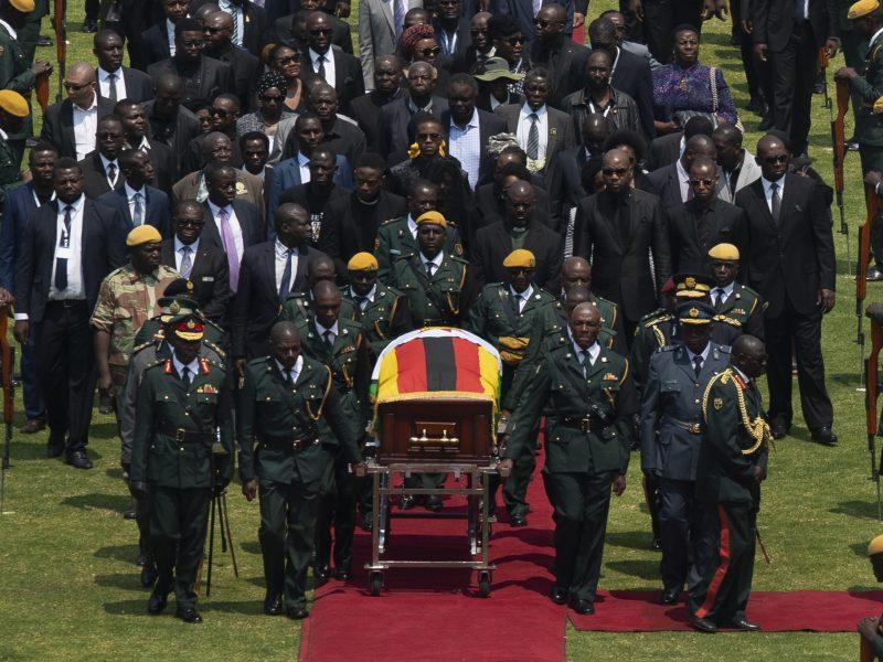 Susiskaldžiusi Zimbabvė atsisveikina su buvusiu prezidentu
