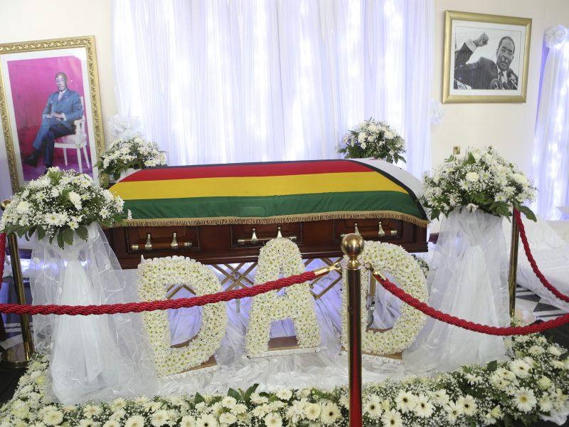 Zimbabvės eksprezidentas R. Mugabe bus palaidotas savo kaime