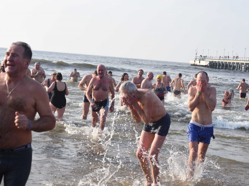 Šimtai žmonių paniro į ledines Baltijos jūros bangas