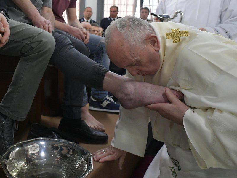 Popiežius Didįjį ketvirtadienį mazgojo kojas dvylikai kalinių