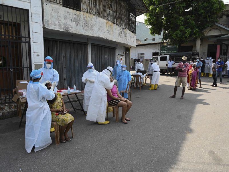 Tūkstančiai Šri Lankos gyventojų susigundė stebuklingu gėrimu nuo COVID-19