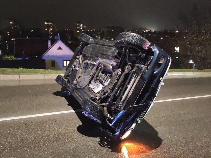 "Prie Varnių tilto apsivertė ""Mercedes Benz"""