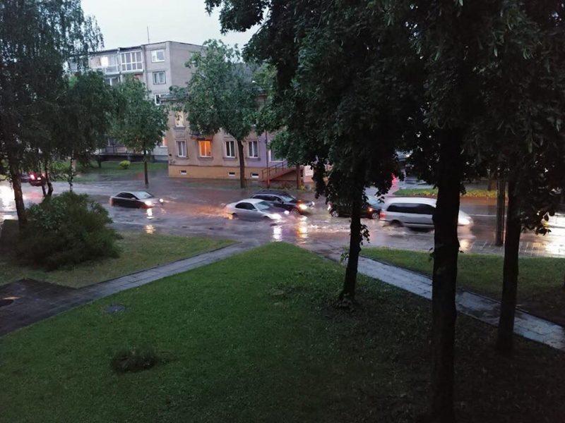 Po liūties vanduo užtvindė Šiaulių gatves