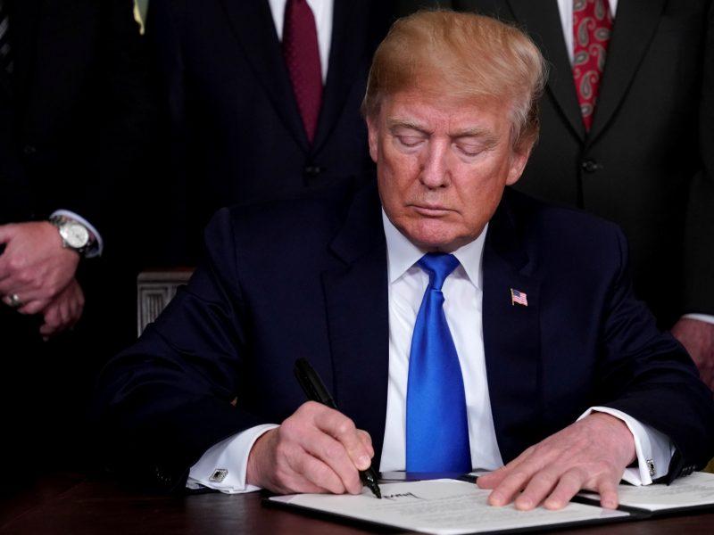 D. Trumpas pasirašė nutarimą apriboti prieglobsčio suteikimą migrantams