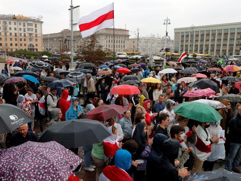 Apie tūkstantis S. Cichanouskajos šalininkų susirinko Minsko centre