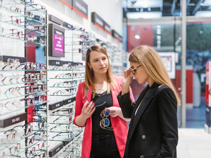 Svarbiausios šiltojo sezono saulės akinių tendencijos: nuo futurizmo iki minimalizmo