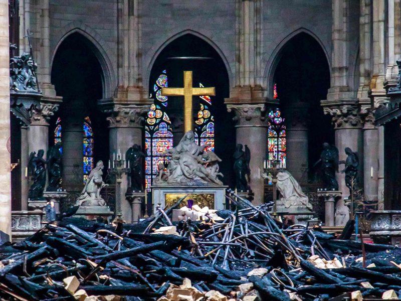 Prokurorai: gaisrą Dievo Motinos katedroje galėjo sukelti cigaretė, elektros gedimas