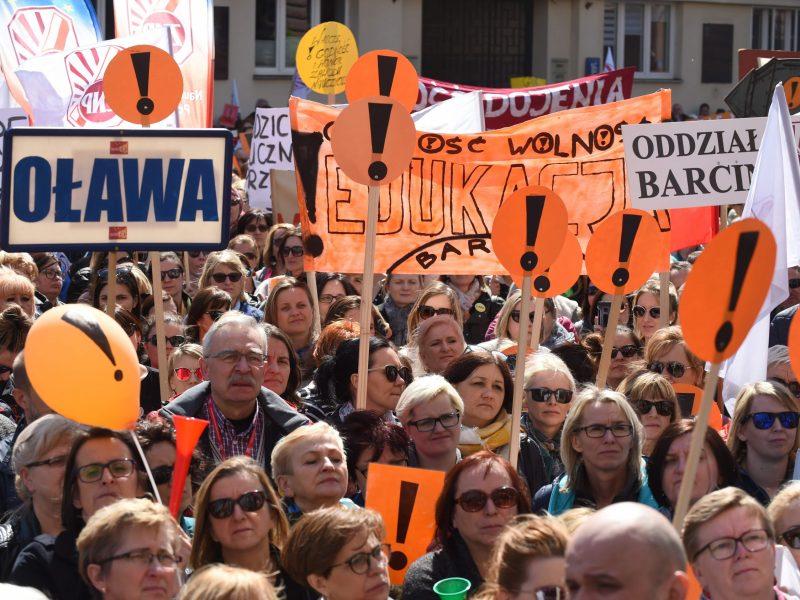 Dėl mažų algų streikuoja Lenkijos mokytojai