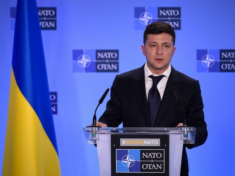 V. Zelenskis tikisi, kad sankcijos Rusijai nebus panaikintos, E.Macronas žada pagalbą