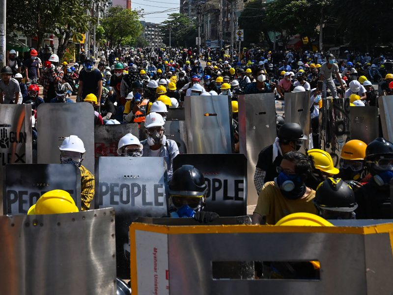 JT: Mianmaro saugumo pajėgos atskyrė ir užtvėrė 200 taikių protestuotojų
