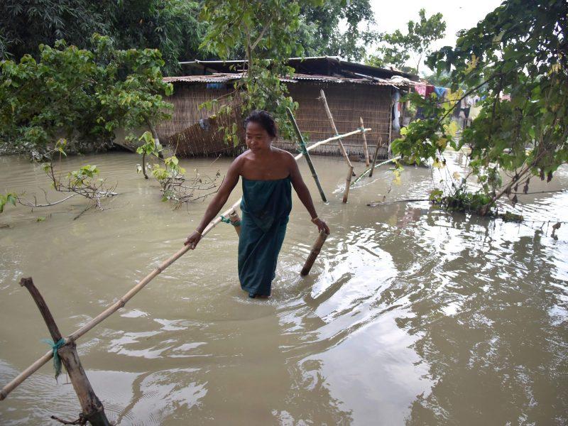 Indijoje musonų sukelti potvyniai pareikalavo per 50 žmonių gyvybių