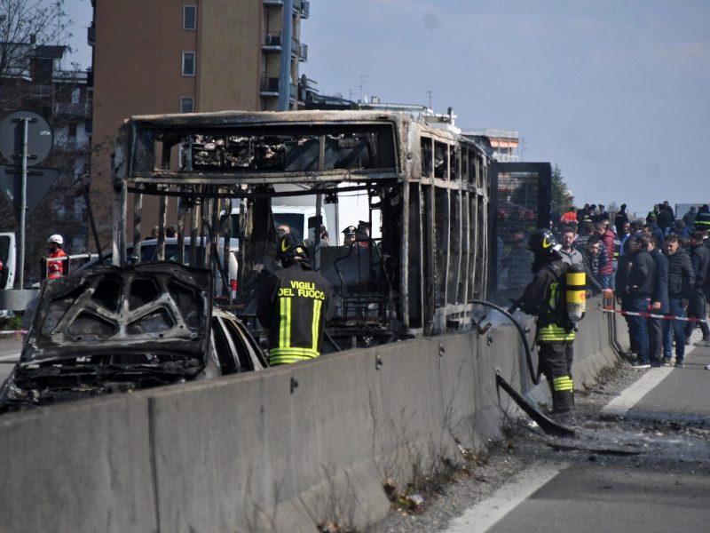 Italijoje vairuotojas padegė mokyklinį autobusą su dešimtimis vaikų