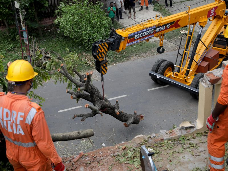 Indijoje po regioną nusiaubusio ciklono rengiami protestai dėl valdžios reakcijos