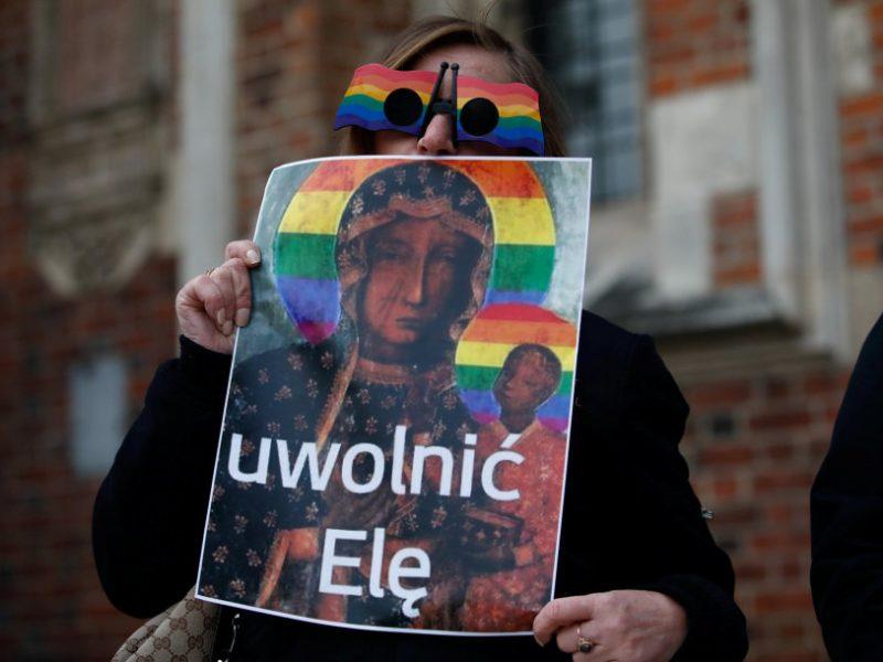 Lenkijoje teisiamos LGBT aktyvistės, kaltinamos užgavus tikinčiųjų jausmus