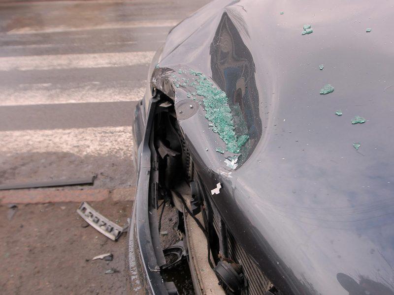 """Girto vairuotojo """"Audi"""" taranavo elektros stulpą"""