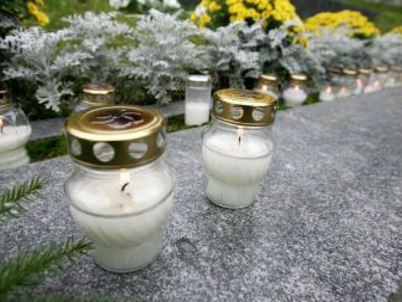 Pirkdami Vėlinių žvakeles netaupo