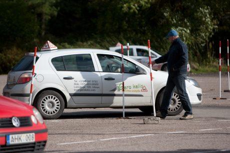 Vienas vairavimo mokyklas skandina nuomos kainos, kitos planuoja plėtrą